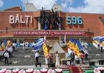 Пятидесятитысячная площадь в северной столице в прямом смысле вспыхнула в знак поддержки мэра Усатого