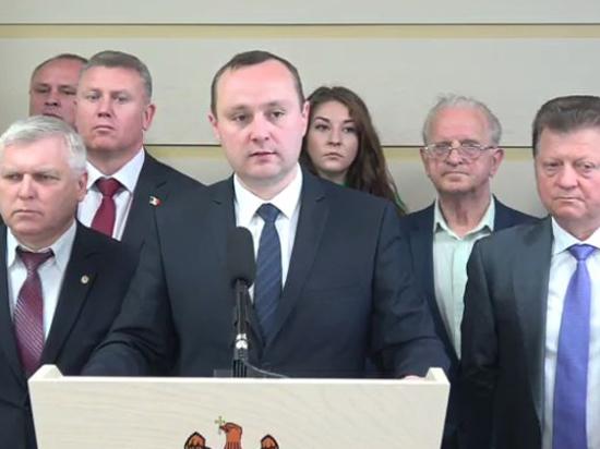 Социалисты бойкотируют заседание парламента и требуют отставки министра